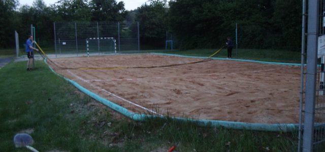 """Nachdem kontaktlose Sportarten im Freien unter Auflagen (https://km-bw.de/…/Notverkuendung+Verordnung+des+KM+und+SM+…) wieder erlaubt sind wollen auch unsere """"Profi""""-Volleyballerinnen mit dem Übungsbetrieb starten und haben Beachfeld 1 am Dienstagabend, 20.Mai 2020 spielbereit gemacht."""